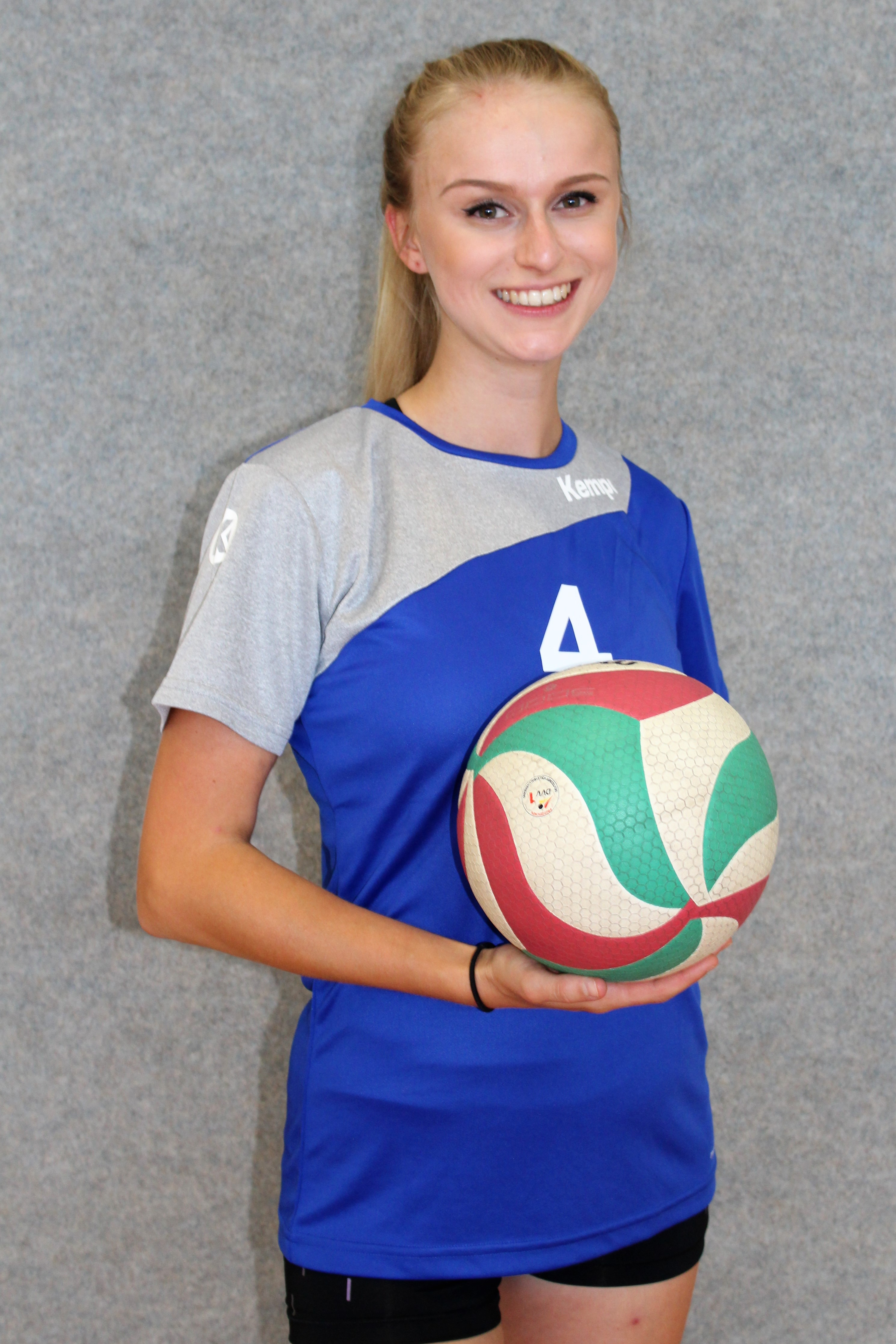 Annette Stephan Trikotnummer: 4 Position: Außen - Annahme / Diagonal Größe: 1,64 m